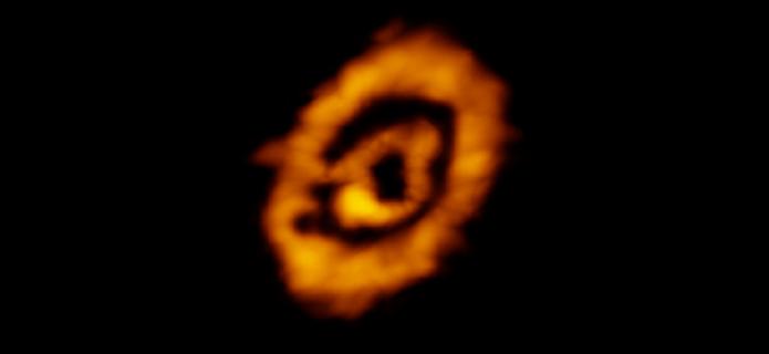Descubren sorprendente composición química en anillos moleculares alrededor de joven estrella