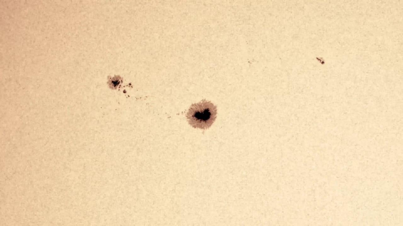 Mancha solar vista en el rango visible y en el rango milimétrico del espectro electromagnético