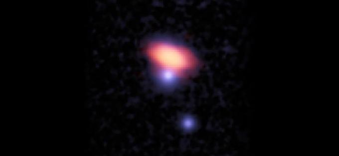 Imagen compuesta de ALMA y de observaciones ópticas donde se aprecia el brillo de las emisiones del monóxido de carbono (rojo) en la galaxia PKS0439_008_04.