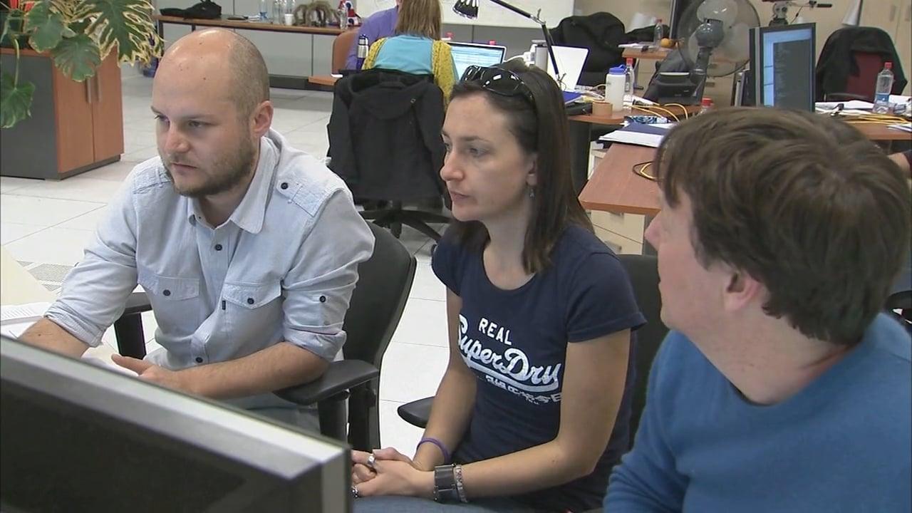 Astrónomos en la sala de control del OSF