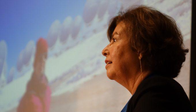 """La astrónoma chilena Mónica Rubio compartió su experiencia con el público: """"Cuando entré a la facultad había un solo baño para mujeres al otro lado del campus, entonces tenía que caminar más de 10 minutos cada vez que quería ir al baño"""". Crédito: Nicolás Lira T. - ALMA (NRAO/NAOJ/ESO)"""