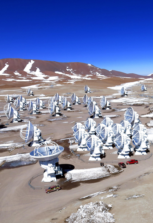 ALMA, el mayor proyecto astronómico que existe, es un solo telescopio de diseño revolucionario, compuesto por 66 antenas de alta precisión ubicadas en el llano de Chajnantor, a 5000 metros de altitud en el norte de Chile. En la fotografía: Imagen aérea del llano de Chajnantor. Crédito: Ariel Marinkovic – ALMA (ESO/NAOJ/NRAO)