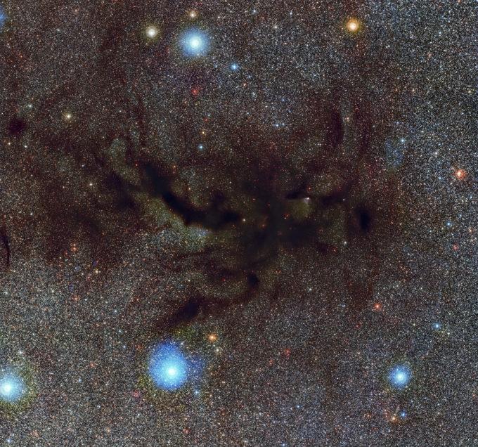Esta imagen muestra a Barnard 59, parte de la enorme nube oscura de polvo interestelar llamada Nebulosa de la Pipa. Esta nueva y detallada imagen de lo que se conoce como nebulosa oscura fue obtenida por el instrumento Wide Field Imager instalado en el telescopio MPG/ESO de 2,2 metros en el Observatorio La Silla de ESO. Esta imagen es tan grande que es altamente recomendable ver la versión con zoom para apreciarla en mejor. Crédito: ESO