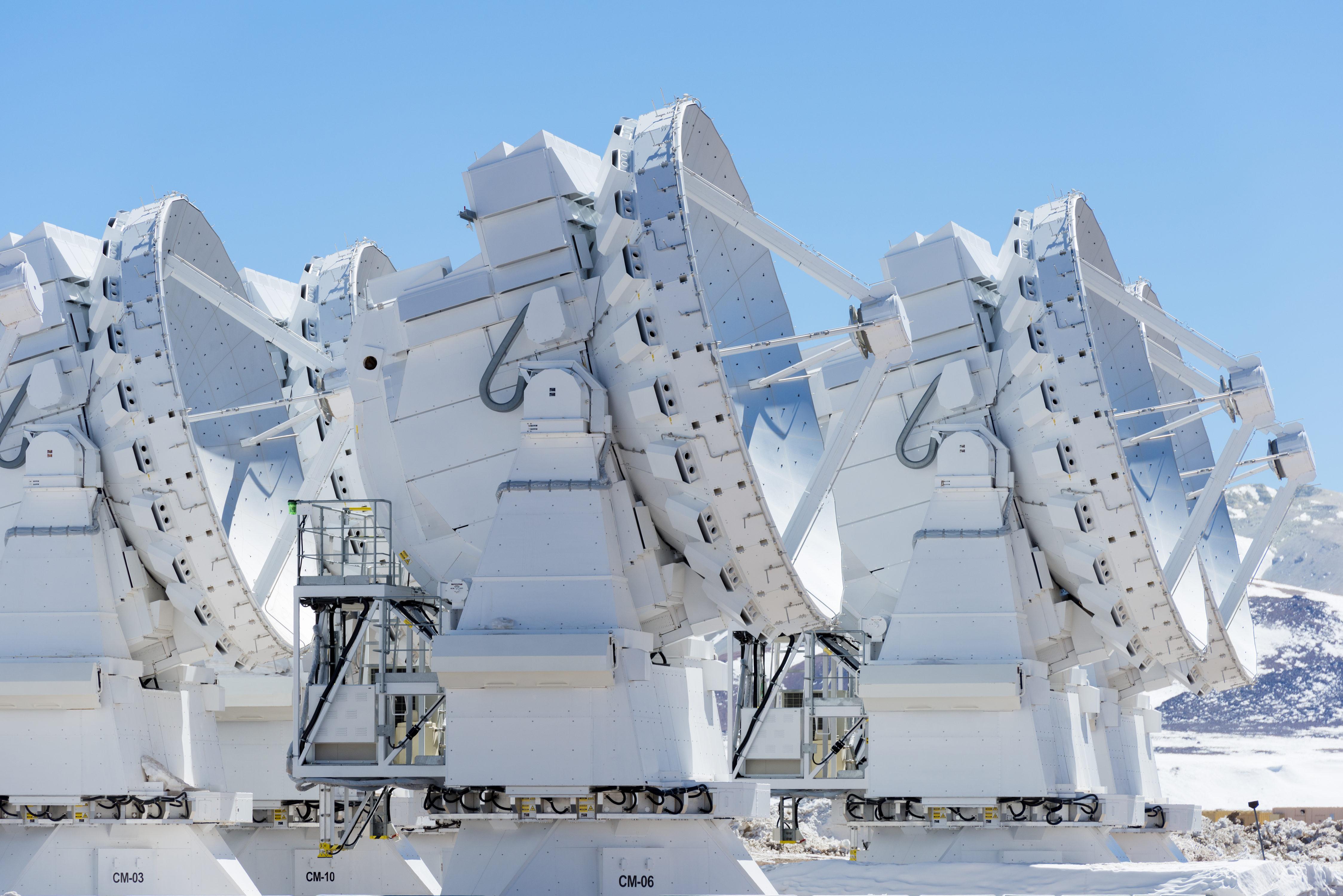 Las antenas japonesas de 7m forman parte dl conjunto compacto de Atacama (ACA). © José Luis Stephens