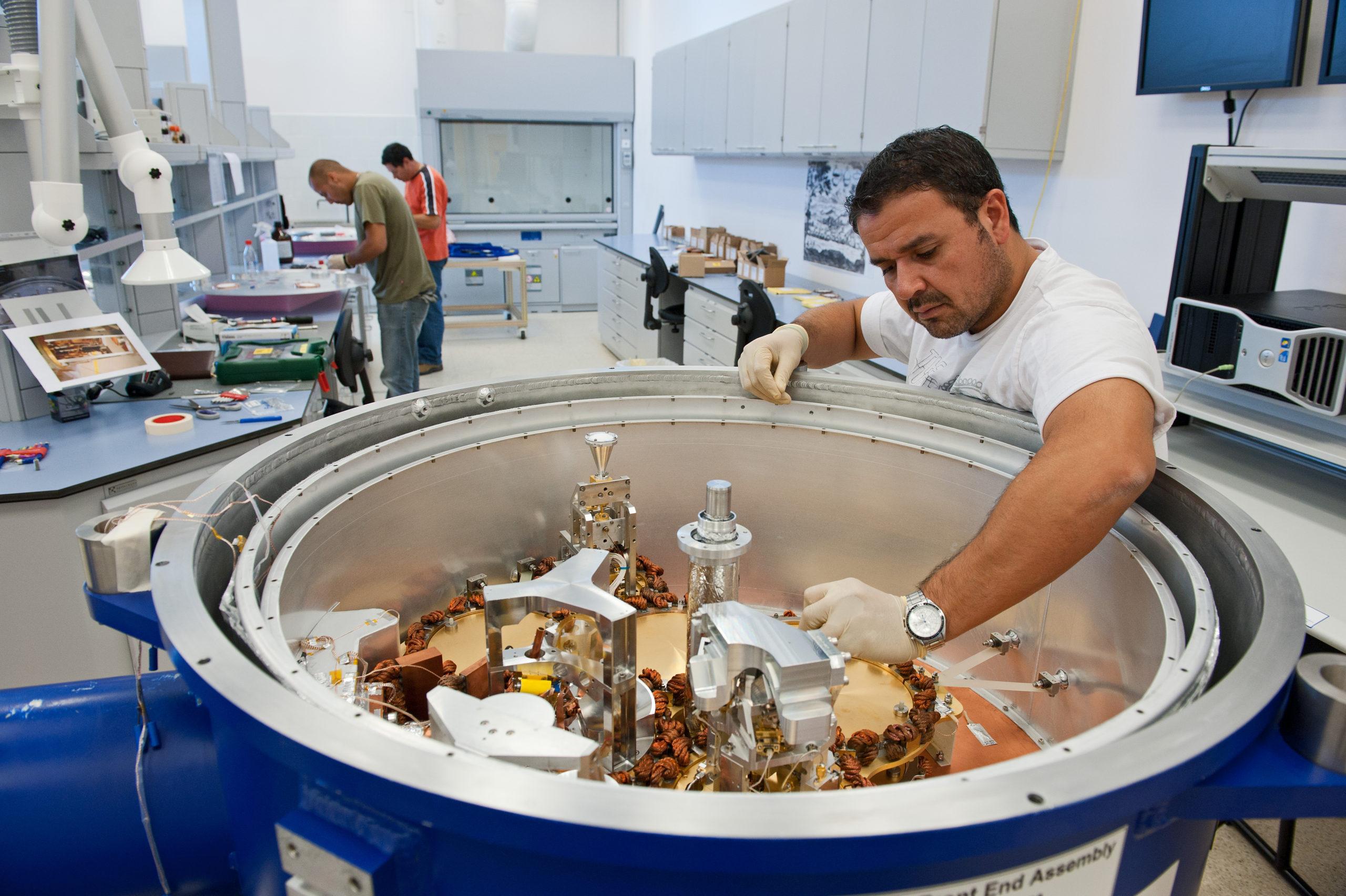 Técnicos trabajando en sala de criogenia y vacío. © Max Alexander (ESO)