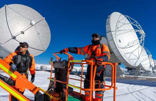 Técnicos de ALMA en operaciones de mantenimiento de antenas en el llano de Chajnantor. © Pablo Bello (ESO / NAOJ / NRAO)
