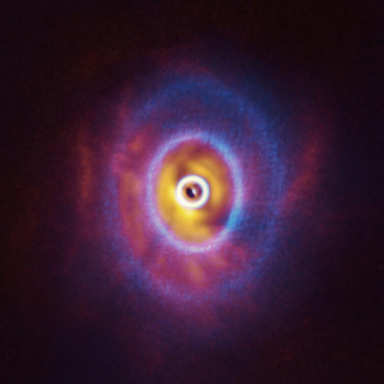 Trojhvězdu GW Orionis obklopují prstence materiálu obíhající v různých rovinách