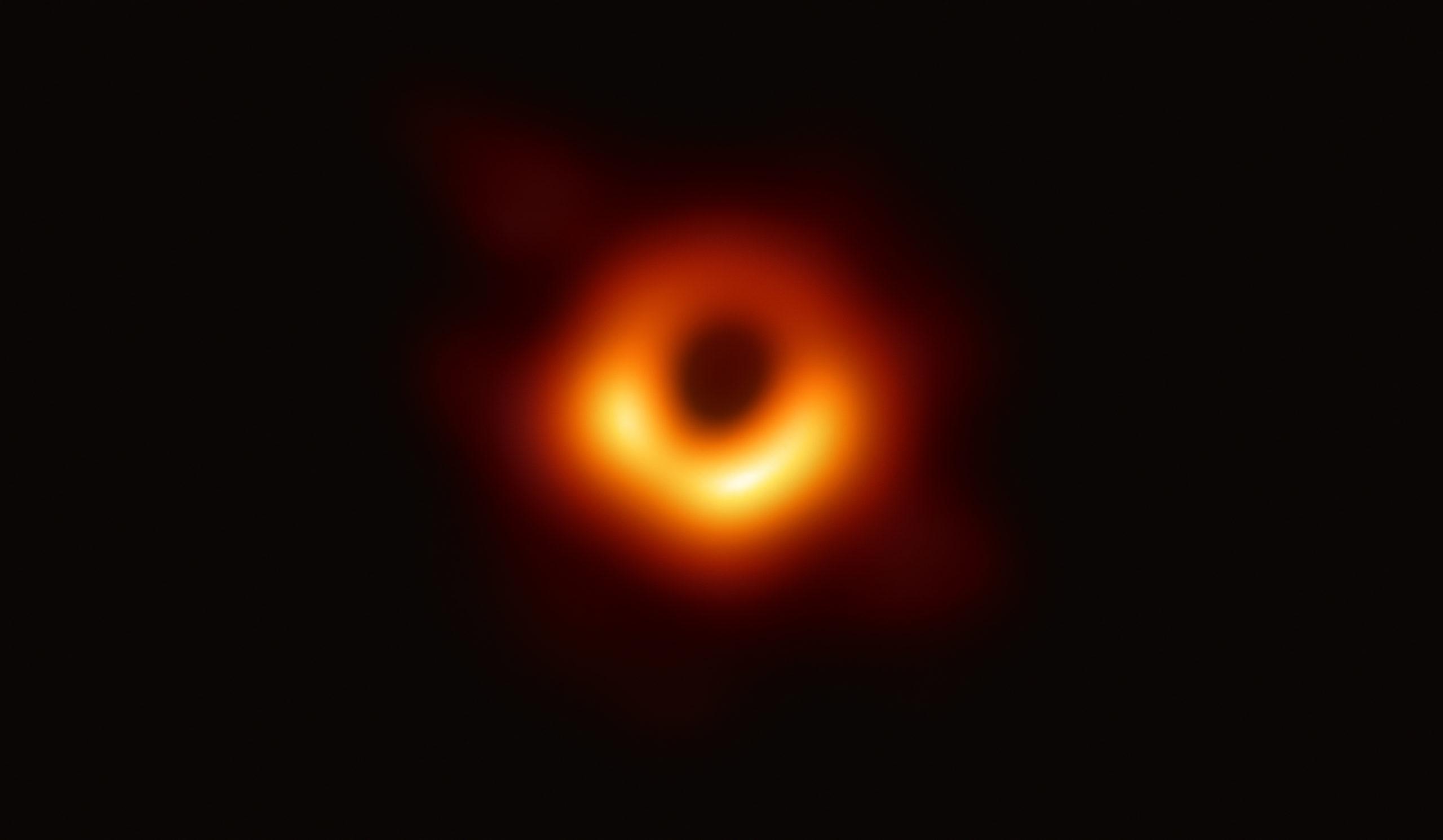 El Telescopio de Horizonte de Sucesos (EHT, Event Horizon Telescope), un conjunto de ocho telescopios basados en tierra distribuidos por todo el planeta y formado gracias a una colaboración internacional, fue diseñado para captar imágenes de un agujero negro. En ruedas de prensa coordinadas por todo el mundo, los investigadores del EHT han revelado que han logrado obtener la primera evidencia visual directa de un agujero negro supermasivo y su sombra.  La sombra de un agujero negro que vemos en la imagen es lo más cerca que podemos estar de una imagen del propio agujero negro, un objeto totalmente oscuro del que la luz no puede escapar. El límite del agujero negro —el horizonte de sucesos del que el EHT toma su nombre— es aproximadamente 2,5 veces más pequeño que la sombra que proyecta y mide casi 40.000 millones de km. Aunque puede parecer grande, este anillo se extiende sólo unos 40 microsegundos de arco, lo que equivaldría a medir la longitud de una tarjeta de crédito sobre la superficie de la Luna.  Aunque los telescopios que forman el EHT no están conectados físicamente, son capaces de sincronizar sus datos con relojes atómicos — máser de hidrógeno — que miden con precisión el tiempo en que se toman las observaciones. Estas observaciones fueron recogidas en una longitud de onda de 1,3 mm durante una campaña mundial desarrollada en 2017. Cada telescopio del EHT produjo enormes cantidades de datos –aproximadamente 350 terabytes por día– que se almacenaron en discos duros de helio de alto rendimiento. Estos datos se enviaron a superordenadores especializados — conocidos como correladores — instalados en el Instituto de Radioastronomía Max Planck y el Observatorio Haystack del MIT, donde se combinaron. Luego, cuidadosamente, se convirtieron en una imagen utilizando novedosas herramientas computacionales desarrolladas por la colaboración. Crédito: EHT Collaboration