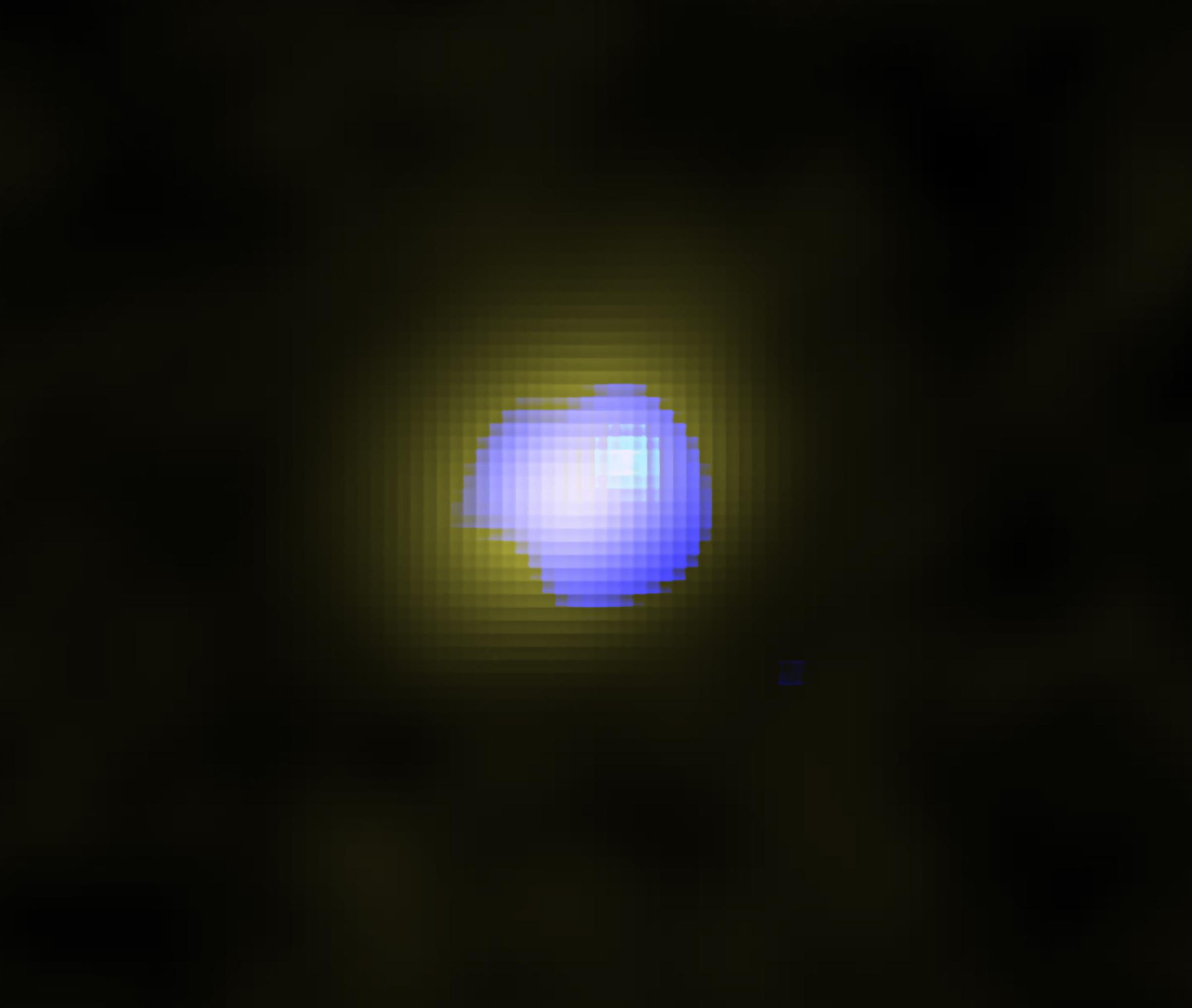 Imagen de ALMA de la galaxia distante J1243 + 0100 que alberga un agujero negro supermasivo en su centro. La distribución del gas silencioso en la galaxia se muestra en amarillo y la distribución del viento galáctico de alta velocidad se muestra en azul. El viento está ubicado en el centro de la galaxia, lo que indica que el agujero negro supermasivo impulsa el viento. Crédito: ALMA (ESO / NAOJ / NRAO), Izumi et al.